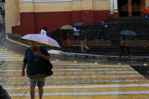 Xalapa, Ver., 24 de mayo de 2017.- Después de varios días de intenso calor, la llegada del frente frío 49 obligó a xalapeños a sacar nuevamente chamarras y paraguas.