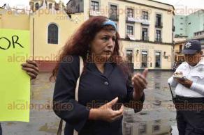 Xalapa, Ver., 24 de mayo de 2017.- Profesores del municipio de Cotaxtla, pertenecientes al Movimiento de Unidad Popular (MUP), se manifestaron en Plaza Lerdo para exigir pagos y sus hojas de presentación.