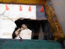 Xico, Ver., 24 de mayo de 2017.- La explanada del centro educativo terminó de colapsar ante las cuarteaduras que presenta, temen que socavón se extienda hacía los salones contiguos.