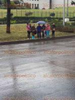 Xalapa, Ver., 24 de mayo de 2017.- Comparte lector imágenes de transeúntes que atravesaron la avenida Lázaro Cárdenas, junto al puente peatonal. Luego satanizan a los conductores, agregó.