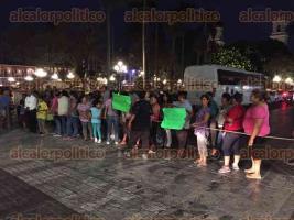 """Córdoba, Ver., 24 de mayo de 2017.- """"¡Queremos agua, queremos agua!"""", clamaron mujeres que llegaron la tarde de este miércoles al Centro a bordo de una pipa y dos autobuses para tomar el Palacio Municipal. Posteriormente, cerraron las avenidas 1, 2 y 3."""