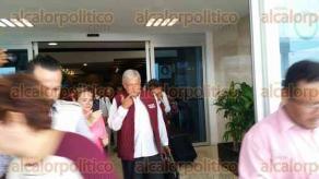 """Veracruz, Ver., 25 de mayo de 2017.-  Este jueves el dirigente nacional de MORENA, Andrés Manuel López Obrador llegó al Aeropuerto Internacional de Veracruz, acompañado por la diputada federal Rocío Nahle, señalada por Eva Cadena como la """"operadora financiera"""" directa de AMLO."""