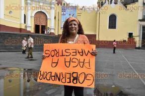 Xalapa, Ver., 25 de mayo de 2017.- Nuevamente, profesores integrantes del MUP se manifiestan esta mañana en Plaza Lerdo para exigir su pago por 4 meses de trabajo.