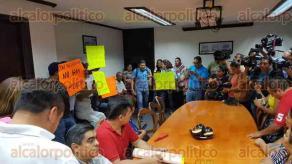 Coatzacoalcos, Ver., 25 de mayo de 2017.- Este jueves comerciantes del mercado Plaza del Sol acudieron al Ayuntamiento para exigir vigilancia en el lugar y apoyos para la familia del velador asesinado al interior del sitio.