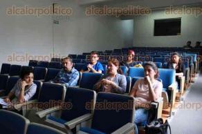 Xalapa, Ver., 25 de mayo de 2017.- En el auditorio de la Facultad de Economía, Elizabeth Guadalupe Flores, presentó el foro