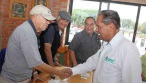 Xalapa, Ver., 25 de mayo de 2017.- El candidato de Nueva Alianza, Nicanor Moreira, se reunió con un grupo de ciudadanos a quienes les presentó sus propuestas; asistentes le hicieron recomendaciones sobre diversas temáticas que se enfrentan en la ciudad.