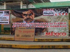 Xalapa, Ver., 26 de mayo de 2017.- Desde las 6:00 horas, profesores del MMPV bloquean los accesos a la SEV para exigir el pago de salarios retenidos y la destitución de una supervisora escolar.