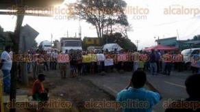 Huatusco, Ver., 26 de mayo de 2017.- Padres de familia del municipio de Comapa bloquearon la carretera federal Huatusco-Xalapa, provocando un fuerte caos vial.