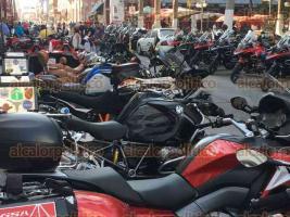 Veracruz, Ver., 26 de mayo de 2017.- La calle Independencia, una de las principales vialidades del Centro Histórico, fue cerrada desde Mario Molina debido al aparcamiento de más de 900 motocicletas que celebran el BMW Motorrad 2017, provocando caos vial y molestia ciudadana.
