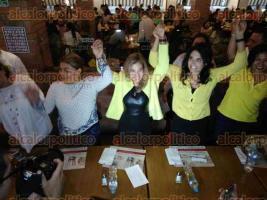 Xalapa, Ver., 27 de mayo de 2017.- Al recibir a personalidades del PRD y PAN, la candidata del Partido Encuentro Social, Brenda Aguilar, anunció su renuncia a la candidatura por la presidencia municipal y se adhiere a proyecto de Ana Miriam Ferráez.