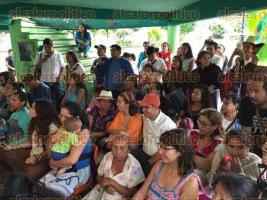 """Amatlán, Ver., 27 de mayo de 2017.- A pesar de la fuerte tormenta de la tarde de este sábado, soneros de distintas partes de Veracruz realizaron el """"Fandango Fronterizo"""" en la comunidad de la Patrona, sitio de donde son originarias las mujeres que por 22 años han dado de comer a migrantes que viajan en la Bestia."""