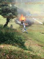 Chiconquiaco, Ver., 28 de mayo de 2017.- Lugareños de la sierra corrieron a auxiliar a los ocupantes del helicóptero que se desplomó, rescatando a tres hombres; luego dieron parte a la comandancia de la Policía Municipal.