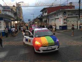Córdoba Ver., 28 de mayo de 2017.- Con el estandarte multicolor por delante, integrantes de la comunidad Lésbico, Gay, Bisexual, Transgénero e Intersexual (LGBTI) de la región, iniciaron la décima marcha del Orgullo Gay en este municipio.