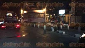 Xalapa, Ver., 28 de mayo de 2017.- La noche de este domingo, un automóvil se estrelló con los bolardos en la esquina de Hidalgo y Basurto, en el Centro de la capital del Estado.