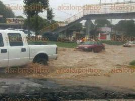 Banderilla, Ver., 29 de mayo de 2017.- Ante la fuerte lluvia que cayó este lunes pasadas las 13:00 horas, el bulevar Xalapa-Banderilla se inundó.