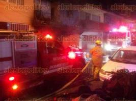 Xalapa, Ver., 29 de mayo de 2017.- La noche de este lunes se incendió un hogar en la calle de Bustamante, entre Azcárate y Victoria, en el Centro de Xalapa. Al sitio acudieron paramédicos, Bomberos y policías para atender el percance.