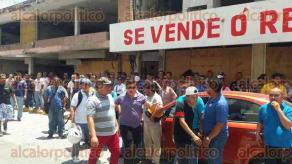 Veracruz, Ver., 22 de junio de 2017.- Trabajadores sindicalizados de la empresa portuaria CICE, marcharon de manera pacífica por la avenida Independencia a las oficinas centrales, ubicadas en la calle Emparan.