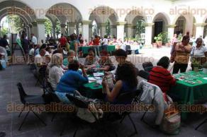 Xalapa, Ver., 22 de junio de 2017.- En patio central de Palacio municipal se efectúa la expoventa de artesanías elaboradas por productoras xalapeñas que participan en el programa de Apoyo a la Feminización de la Economía.