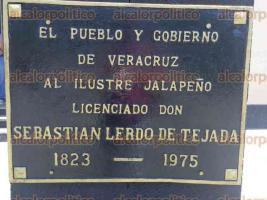 Xalapa, Ver., 22 de junio de 2017.- En abril de 2016, Al Calor Político publicó fotografías que evidenciaban que en los datos de la placa en honor a Sebastián Lerdo de Tejada había un error; se lee que el ilustre personaje vivió de 1823 a 1975.