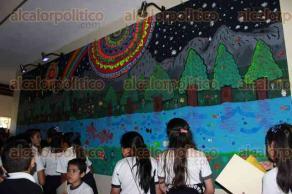 Xalapa, Ver., 23 de junio de 2017.- El subsecretario de Desarrollo Educativo de la SEV, Uriel Flores Aguayo, acompañado por el director de la Escuela Primaria Práctica Anexa a la Normal, Miguel Tepetla, inauguró el mural
