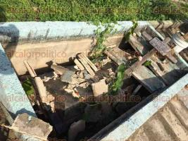 Coatzacoalcos, Ver., 23 de junio de 2017.- Bóvedas abandonas, lozas rotas, cajas a la intemperie, basura y yerba creciendo alrededor, se observan en el panteón Lomas de Barrillas.