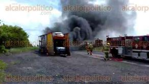 Jamapa, Ver., 24 de junio de 2017.- Elementos de la Fuerza Civil y de la Policía Federal cerraron un carril de la autopista Veracruz-Córdoba, mientras los Bomberos combatían las llamas con chorros de agua a presión.