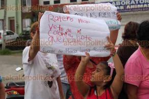 Xalapa, Ver., 25 de junio de 2017.- Vecinos del fraccionamiento Las Fuentes, marcharon para exigir un alto a los robos en este lugar.