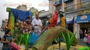Xalapa, Ver., 25 de junio de 2017.- La tarde de este domingo se efectuó por tercera ocasión el Desfile de las Flores en el centro de esta ciudad, donde participaron carros alegóricos y bandas musicales.
