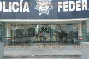 Veracruz, Ver., 25 de junio de 2017.- En las instalaciones de la Policía Federal, compañeros y amigos dieron el último adiós al comisario Camilo Juan Castagné y al inspector que fueron asesinados la tarde del sábado.