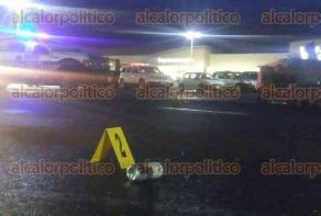 Xalapa, Ver., 25 de junio de 2017.- Luego de que un hombre fuera baleado en el estacionamiento del Walmart de Arco Sur, al lugar se trasladaron peritos para iniciar las investigaciones correspondientes.