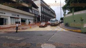 Xalapa, Ver., 26 de junio de 2017.- La mañana de este lunes iniciaron los trabajos de remodelación en uno de los carriles de la calle Juan de la Luz Enríquez.