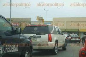 Veracruz, Ver., 26 de junio de 2017.- Decenas de patrullas de la Policía Federal, escoltaron la carroza donde fue trasladado el cuerpo del comisario Camilo Juan Castagné. El cortejo fúnebre partió de la funeraria, ubicada en Playa de Vacas, Medellín, con destino a la base de la PFP en Veracruz.