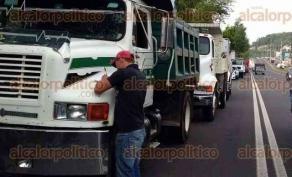 Xalapa, Ver., 27 de junio de 2017.- Integrantes de AMOTAC, se manifiestan sobre el bulevar Xalapa-Banderilla, a la altura de PEMEX, exigen que dejen de circular camiones de carga tipo