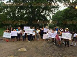 Papantla, Ver., 27 de junio de 2017.- Alumnos, padres de familia y habitantes de la calle Araucarias 1 de la colonia Arboledas, se manifestaron por poco tiempo, ya que cambiaron la obra de la rehabilitación de su calle.