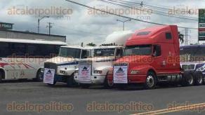 Córdoba, Ver., 27 de junio de 2017.- Transportistas de la zona sureste del país, agremiados a AMOTAC, llegaron a Rancho Trejo, para sumarse a la marcha lenta a un carril, por la autopista Veracruz-México.