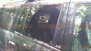 Xalapa, Ver., 27 de junio de 2017.- En la calle Guadalupe Victoria, a un costado de Los Tecajetes, la mañana de este martes se reportaron cristalazos a algunos vehículos que se encontraban estacionados sobre la calle.
