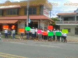"""Cardel, municipio de La Antigua., 27 de junio de 2017.- Empleados del restaurante """"La Bamba"""", se manifestaron para pedir a la FGE que entregue el inmueble y así reanudar actividades."""