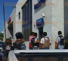 Coatzacoalcos, Ver., 27 de junio de 2017.- Luego del asalto a la sucursal Banamex de la avenida Zaragoza, elementos policíacos y el fiscal regional Ricardo Morales llegaron al sitio, pero los ladrones ya habían escapado.