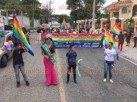 Papantla, Ver., 28 de junio de 2017.- En el marco del festejo por el Día Internacional de la Diversidad Sexual, integrantes de la comunidad Lésbico, Gay, Bisexual y Transexual desfilaron por las principales calles del municipio para después culminar con un evento en el Mural a la Cultura Totonaca.