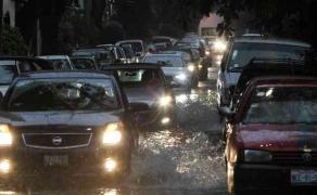 Ciudad de México., 28 de junio de 2017.- Por la tormenta de este miércoles, se registraron encharcamientos en Viaducto Miguel Alemán, Avenida Río San Joaquín, Anillo Periférico, Avenida Ejército Nacional y otras zonas de la capital.