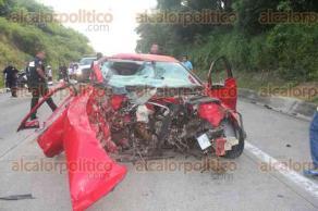 Tuxpan, Ver., 20 de julio de 2017.- La madrugada de este jueves se registró un trágico accidente automovilístico sobre la autopista México-Tuxpan, en donde al parecer fallecieron cuatro personas y una resultó gravemente herida.