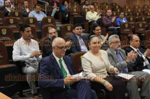 Xalapa, Ver., 20 de julio de 2017.- La rectora Sara Ladrón de Guevara, llegó a la sesión donde se discutirá si se otorga autonomía presupuestaria a la Universidad Veracruzana.
