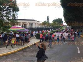 Xalapa, Ver., 20 de julio de 2017.- La marcha de docentes del MMPV-CNTE llegó al Congreso del Estado, en donde sus líderes fijaron su postura contra la evaluación y reforma educativa.
