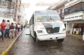 Veracruz, Ver., 20 de julio de 2017.- Un autobús ruta Boca del Río cayó en un hoyanco que se registró en la avenida Zaragoza. En varias ocasiones esta avenida ha presentado hundimientos en diversos tramos provocando incluso el cierre parcial de la circulación por varios días.