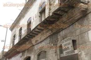 Veracruz, Ver., 20 de julio de 2017.- Decenas de edificios del Centro Histórico de la ciudad se encuentran al borde del colapso. La falta de mantenimiento y el abandono, los convierten en un riesgo permanente para los transeúntes.
