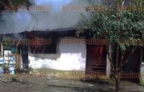 Xalapa, Ver., 20 de julio de 2017.- Poco antes de las 11:00 horas de este jueves se reportó el incendio de una vivienda ubicada en la calle Río Colorado de la colonia Carolina Anaya, personal de Fuerza Civil y Bomberos ayudaron a controlar el fuego.