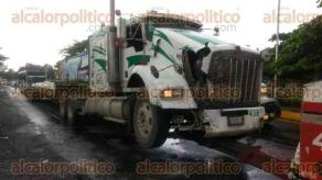 Veracruz, Ver., 20 de julio de 2017.- Elementos de la Policía Naval, Estatal, Cruz Roja y de la Policía Federal se movilizaron sobre la carretera Xalapa-Veracruz, tras impactar tren a un tráiler.