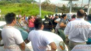 Coatzacoalcos, Ver., 20 de julio de 2017.- Vecinos de la colonia Guadalupana bloquearon la avenida Universidad, pues aseguran que el Tec de Coatzacoalcos se apropió de la calle Bugambilias, motivo por el que ahora no tienen salida a su calle principal.