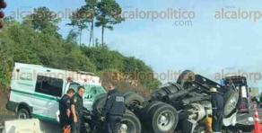 Perote, Ver., 21 de julio de 2017.- Un muerto y daños materiales dejó el choque entre un tractocamión y una ambulancia del IMSS, en el kilómetro 139 del libramiento Xalapa-Perote, la mañana de este viernes.
