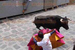 Xico, Ver., 22 de julio de 2017.- Cientos de personas observan bajo el radiante sol la suelta de toros de lidia de entre 450 y 500 kilogramos en la tradicional